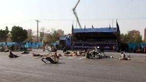 Sårade soldater låg kvar framför läktaren efter attacken mot militärparaden i Ahvaz, lördagen 22.9.
