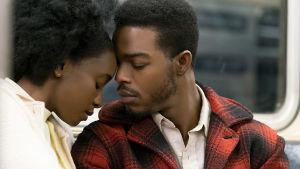Ett ömt ögonblick mellan kärleksparet i filmen If Beale Street Could Talk.