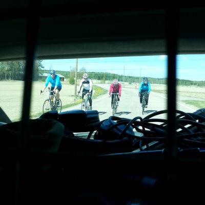 Mitt triathlon gänget cyklar i Vörå
