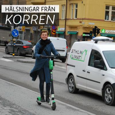 """En glad kvinna åker ett elrullbräde på en gata. På bilden är också texten """"hälsningar från korren""""."""