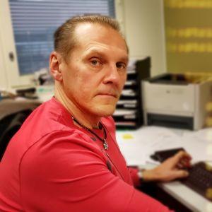 Kriminalkommissarie Hannu Kortelainen framför datorn