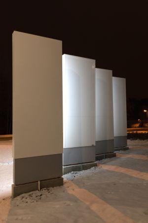 Mediapoliksen mainoskyltit kuvattuna takaa lumen keskellä - vain kylttien tyhjä valkoinen tausta näkyy
