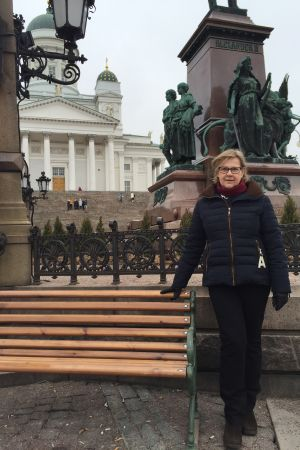 Turistguiden Erja Antell står på Senatstorget i Helsingfors.