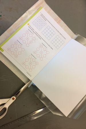 Skolbok, bokplast, sax och linjal