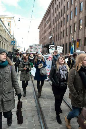 Studerande protesterar mot nedskärningar i studiestödet
