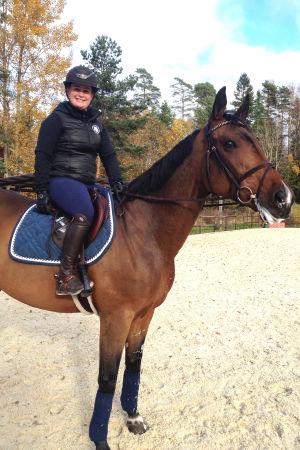 Hoppryttaren Marina Ehrnrooth sitter på sin tävlingshäst Luikka, oktober 2016.