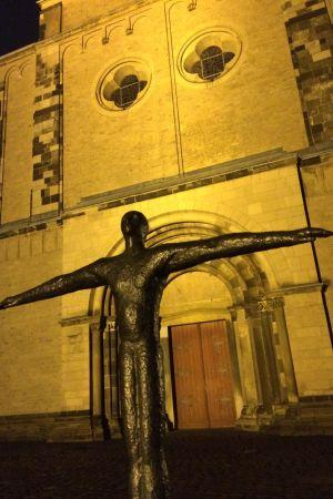 Staty framför den gamla klosterkyrkan i Mönchengladbach