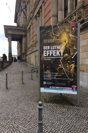 Plansch för utställningen Der Luthereffekt framför Martin-Gropius-Bau i Berlin