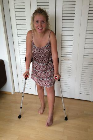Medan benet läker får Wulff ta sig fram med hjälp av kryckor.