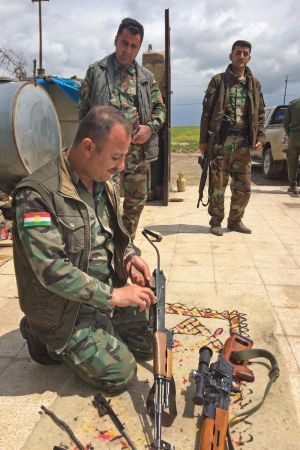 Kurdiska soldater gör vapenvård. Gränsen mot regeringskontrollerat område går ett tjugotal kilometer söderut