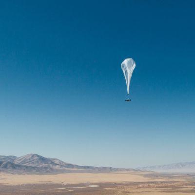 internetyhteyttä tarjoava loon-kuumailmapallo leijailee ilmassa