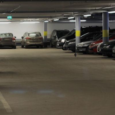 Bilar parkerade under jord.