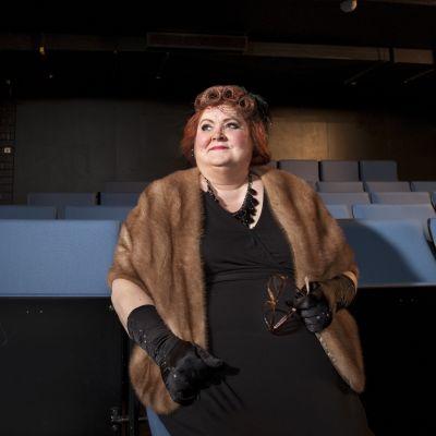 Teatteri Imatran kokemuskirjoittaja Marja Antikainen teatterin katsomossa.