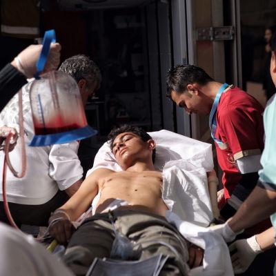 En skadad syrisk flykting tas in på sjukhuset i Kilis, gränsstaden som har utsatts för så gott som dagliga raketattacker från Syrien