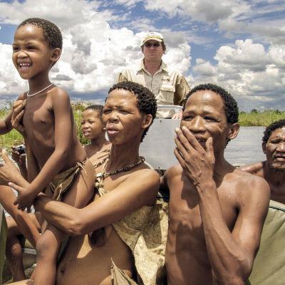 Bushfolket som lever i Kalahari-öknen i Namibia på väg mot storstaden.