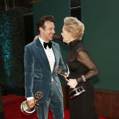Jason Sudeikis och Jean Smart håller i sina Emmystatyetter och kramar om varandra.