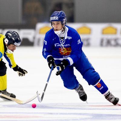 Jääpallon MM-pronssiottelu 2019. Markus Kumpuoja ohittaa pallon kanssa Kazakstanin Ilya Glukhovin.