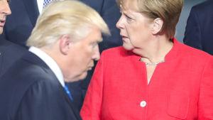 Frankrikes president Emmanuel Macron och Tysklands förbundskansler Angela Merkel är kritiska i ett gemensamt uttalande med Italien