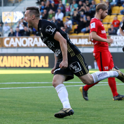 Denis Oliinyk firar sitt mål.