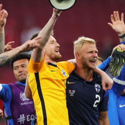 Finland tackar publiken efter segern över Danmark.