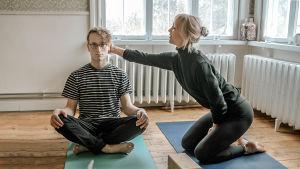 Matilda Mannström och Axel Åhman yogar.