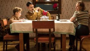 Jojo med mamma Rosie och kompisen Hitler.