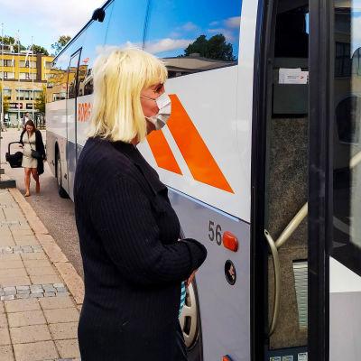 Busspassagerare med munskydd.