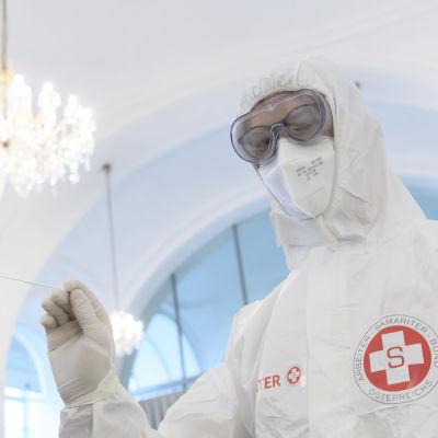 Den här hälsovårdaren tog covidtester i ett nytt testcenter vid slottet Schönbrunn i Wien den 2 februari.