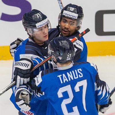 Succékedjan med Patrik Puistola, Kristian Tanus och Joonas Oden firar ett JVM-mål.