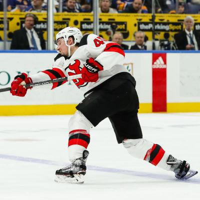Sami Vatanen skjuter.