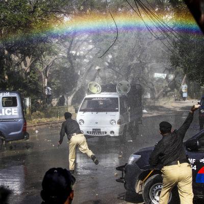 Pakistansk polis använder vattenkanoner mot demonstranterna