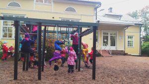 Barn på Tessjö skolas gård.