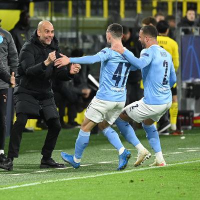 Guardiola jublar tillsammans med Foden och Walker.