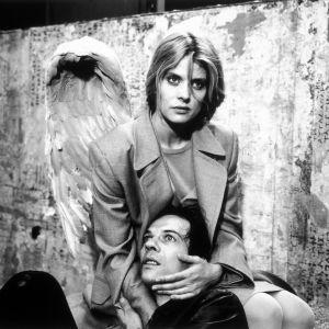 Enkeli Raphaela (Nastassja Kinski) lohduttaa kuolevaa miestä (Martin Olbertz) elokuvassa Niin kaukana, niin lähellä