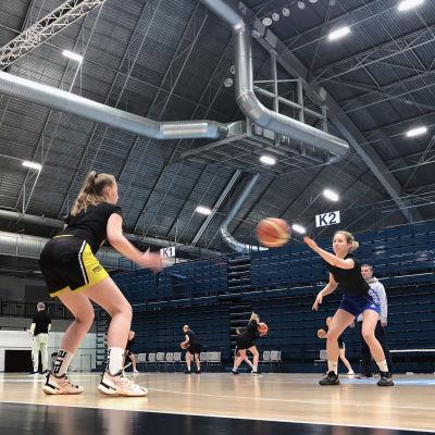 Lahti Basketballin U19-16 tytöt harjoittelevat Lahden Suurhallissa.