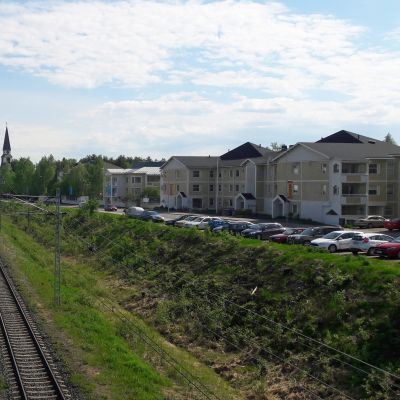Junarata Rovaniemen keskustassa radanvarsi