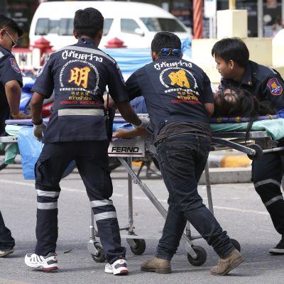 Pelastustyöntekijät kuljettavat haavoittunutta