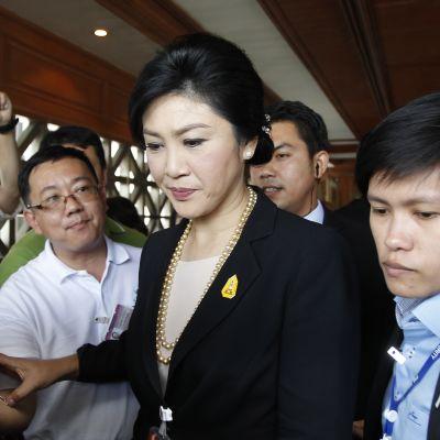 Premiärminister Yingluck Shinawatra avsattes i en kupp år 2014. Hon lever nu i exil tillsammans med sin storebror Thaksin som avsattes i en kupp år 2006