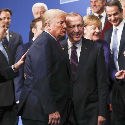 Natoledarna samlade i ett gruppfoto före mötet i London.