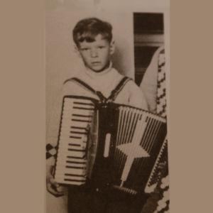 Säveltäjä Magnus Lindberg lapsena haitari sylissään.