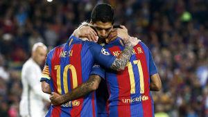 Messi, Suarez och Neymar omfamnar varandra efter ett mål.