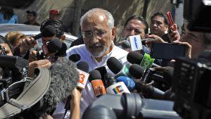 Oppositionens presidentkandidat Carlos Mesa talar med pressen i La Paz efter att ha röstat i presidentvalet i Bolivia 20.10.2019