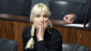 Laura Huhtasaari i riksdagen.