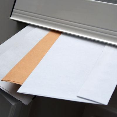 Brev i en postlåda.