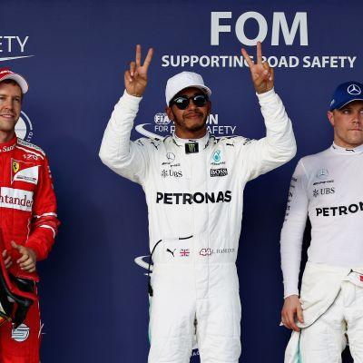 Sebastian Vettel, Lewis Hamilton ja Sebastian Vettel aika-ajon jälkeen.