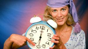 Bettina håller i en väckarklocka.