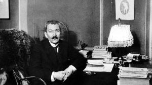 Eino Leino , litet äldre,vid sitt skrivbord
