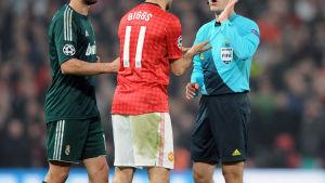 Cüneyt Cakir försvarar det röda kortet.