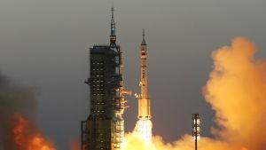 Rymdfarkosten Schenzou sköts upp i rymden i måndags och taikonauterna Jing Haipeng och Chen Dong steg ombord på rymdlaboratoriet på onsdag.
