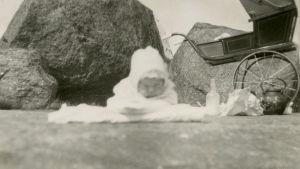 Meri vauvana kesäretkellä 1927, taustalla lastenvaunut.